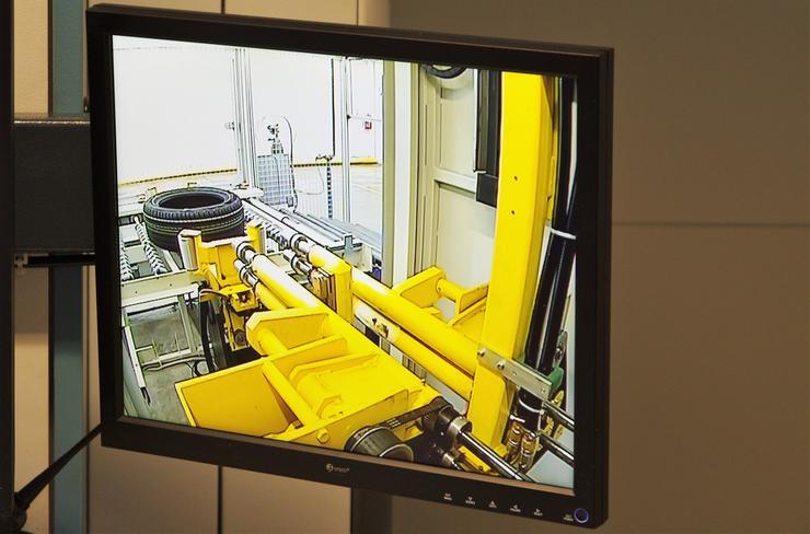 Узел автоматической загрузки/выгрузки шин из установки для рентгеноскопии легковых и легкогрузовых шин.